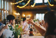 hacer que los invitados se sientan cómodos en una boda de verano