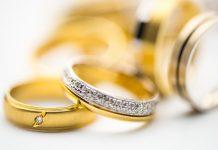 combinar la alianza de boda con el anillo de compromiso