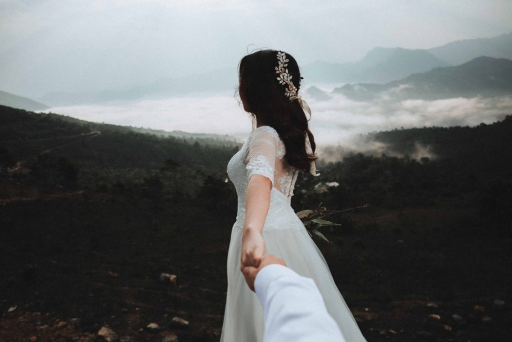 maneras de usar flores en tu peinado de novia